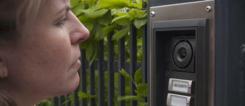 Kristina Hedberg försöker ställa sina frågor till Uefa utanför deras högkvarter i Nyon i Schweiz.