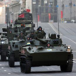 Utrikesminister Sergej Lavrov och en militärparad i Ryssland.