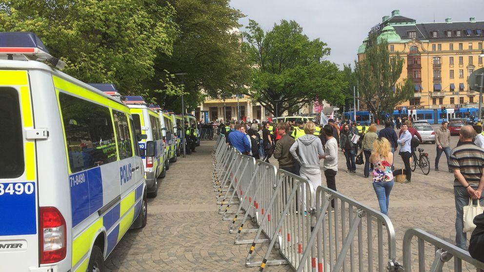 Många polser är på plats under en invandringskritisk demonstration som hålls under dagen i Stockholm.
