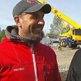 Henrik Hammarstedt och Joakim Gräns är första pilotfamiljen som får sitt hus på plats vid Sidsjön i Sundsvall.