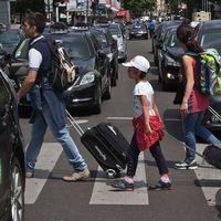 Turister i Barcelona och i Paris.