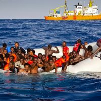 Migranter som räddades i Medelhavet i april. Arkivbild.