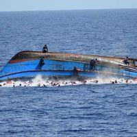 Över 500 personer hamnade i vattnet när migrantbåten kantrade. De flesta av dem kunde räddas.