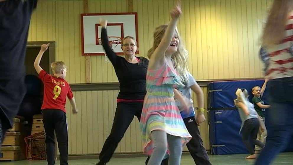 Årskurs två på Järvedskolan har lektion med danspedagog Annika Högberg.