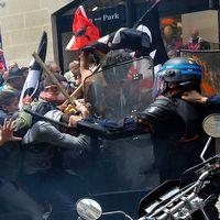 Säkerhetsstyrkor drabbar samman med demonstranter i Bordeaux.