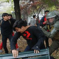Kravallpolis och demonstranter drabbade samman i Chiles huvudstad Santiago på torsdagen.