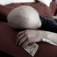 Cancersjukman ligger och vilar på en soffa.