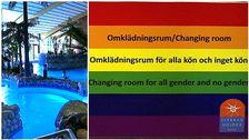 En bild på en skylt på ett könsneutralt omklädningsrum vid Fjärran Höjderbadet i Gävle.