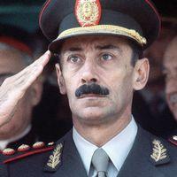 Argentinas diktator under juntaåren, general Jorge Rafael Videla, avled i fängelset 2013. Han avtjänade ett livstidsstraff för brott mot mänskligheten.