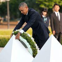 USA:s president Barack Obama lägger en krans vid monumentet i Hiroshima för att hedra de hundratusentals människor som föll offer för den amerikanska atombomben 1945.