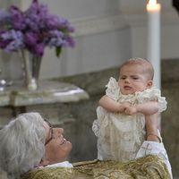 Prins Oscar och prinsessan Estelle i kyrkan.