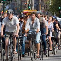 Cyklister i Köpenhamn trängs i trafiken.