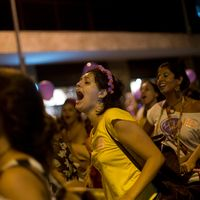 polisbil i gräns och protesterande kvinnor