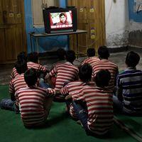 Skolbarn ser på tv.