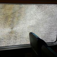 En av de krossade rutorna på tåget.
