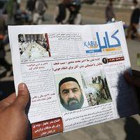 En lokal afghansk tidning visar upp ett foto på den avlidne talibanledaren mulla Akhtar Mansour. Ett DNA-test bekräftar att det var han som dödades i en USA-attack den 21 maj, bekräftar Pakistans inrikesdepartement.