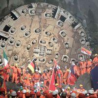 Byggarbetare firar efter att borrmaskinen trängt igenom den sista bergsbiten under hösten 2010. Arkivbild.