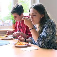 På Klockarhagsskolan har eleverna schemalagda luncher.
