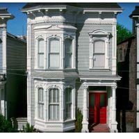 Huset fullt-huset är till salu.