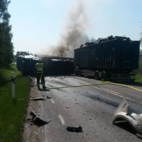 Lastbilen var lastad med skrotbilar och annan skrot. Den började brinna i samband med smällen.