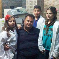 Waleed Tamer fungerar både som läkare och lärare i Sarakeb i den norra Idlibprovinsen.