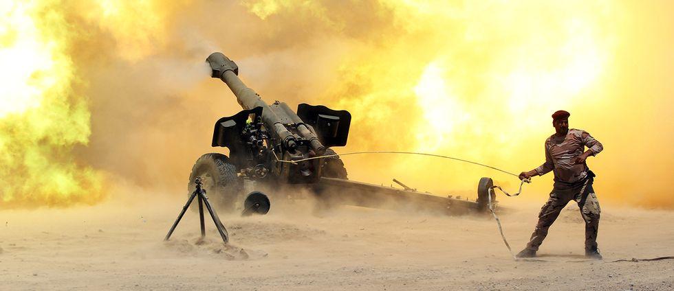 Irakiska säkerhetsstyrkor skjuter artilleri mot IS-mål nära Falluja.