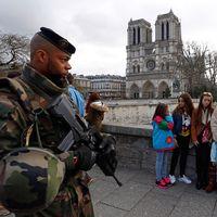 Franska soldater patrullerar vid turistmålet Notre Dame i Paris.