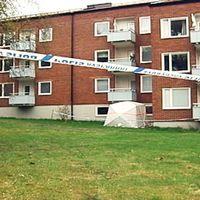 Grannen hittades nedgrävd under balkongen och hustrun dödades i grannens lägenhet.