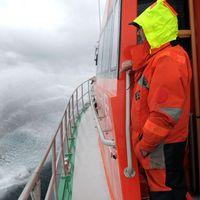 Räddningsarbetare ombord på båt på Medelhavet.