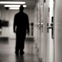 Kumlaanstalten utifrån och en man i en fängelsekorridor (som inte har något med nyheten att göra).