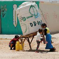 Barn hämtar vatten i flyktinglägret Zaatari i Jordanien.
