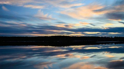 Färggrann kvällshimmel vid Lule älv i Avaudden nära Vuollerim i mellersta Lappland den 11 maj.