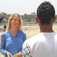 En bild på människosmugglaren sedd bakifrån och reportern.