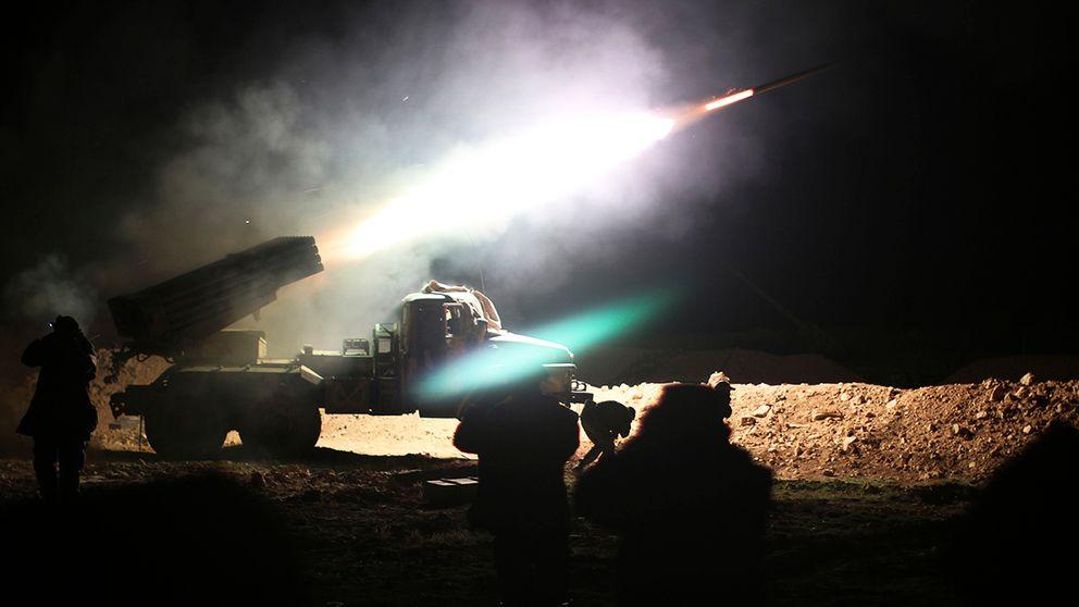 Syriska regimtrupper rycker fram mot is kontrollerad stad