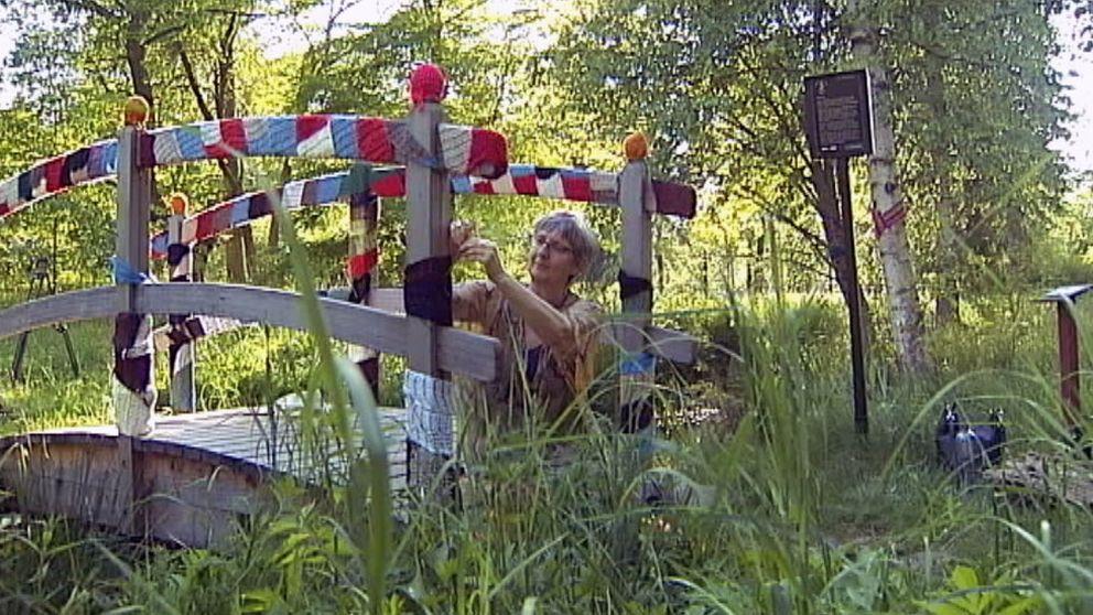 Kvinna klär bro i stickat