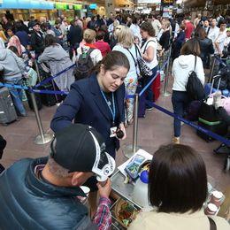 Timslånga köer till SAS biljettluckor på Arlanda under lördagen. Hittills har 50 000 resenärer drabbats av SAS-piloternas strejk.