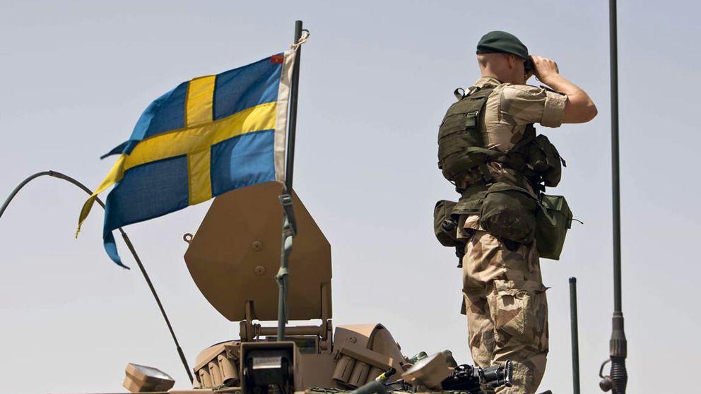 En svensk militär som tittar i en kikare.