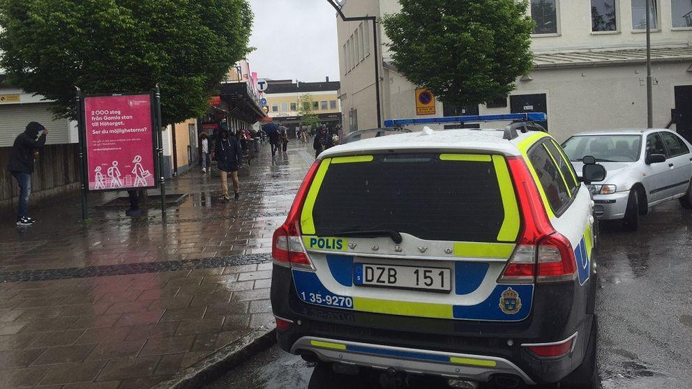 polisbil vid Rinkeby torg.