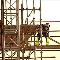 byggarbetare i byggställning