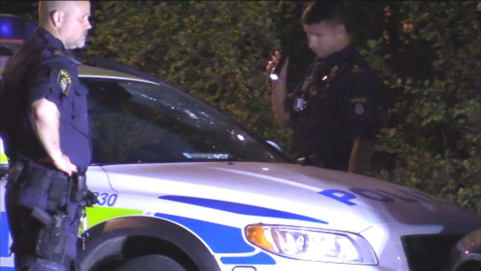 Polis inspekterar den attackerade bilen i Bagarmossen.
