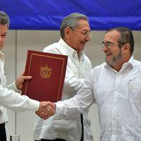 Colombias president Juan Manuel Santos och Farcgerillans ledare Timoléon Jiménez. I mitten Kubas president Raúl Castro.