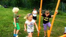 Barn leker med styltor.