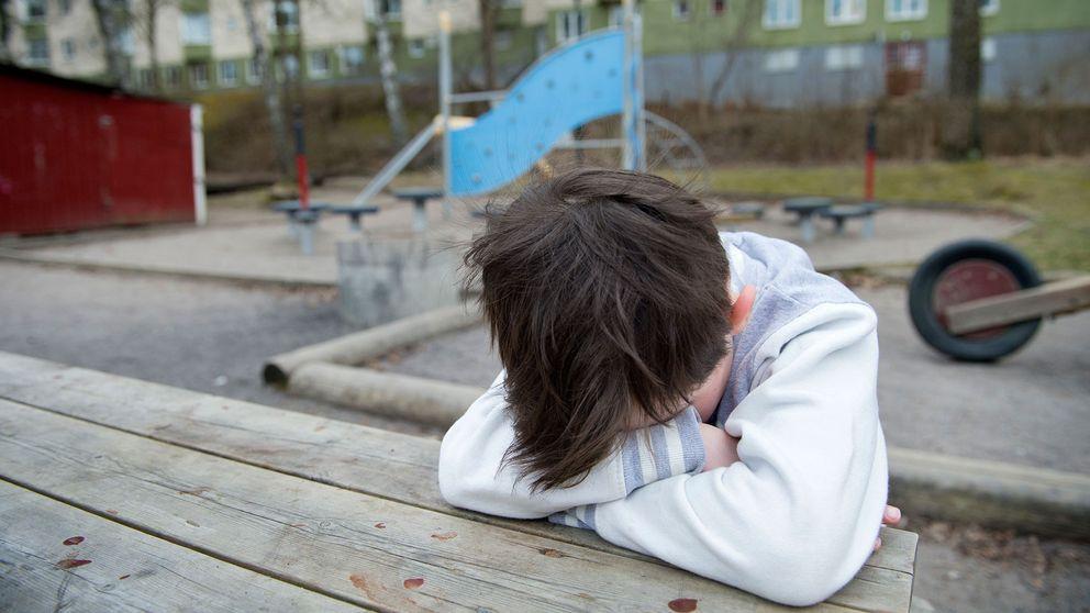 Ledsen pojke på skolgård.