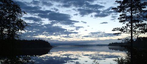 Solen tar en kort paus innan den snart kommer tillbaka till Lesjön utanför Rossön i nordvästra Ångermanland