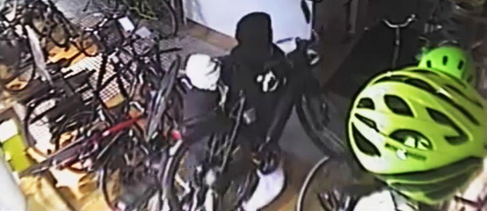 En cykelbutik på Sveavägen blev bestulen på två cyklar till ett totalt värde av 110.000 kronor.