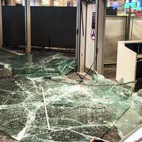 Krossat glas efter attacken