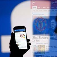 Facebookflöde i mobiltelefonen.