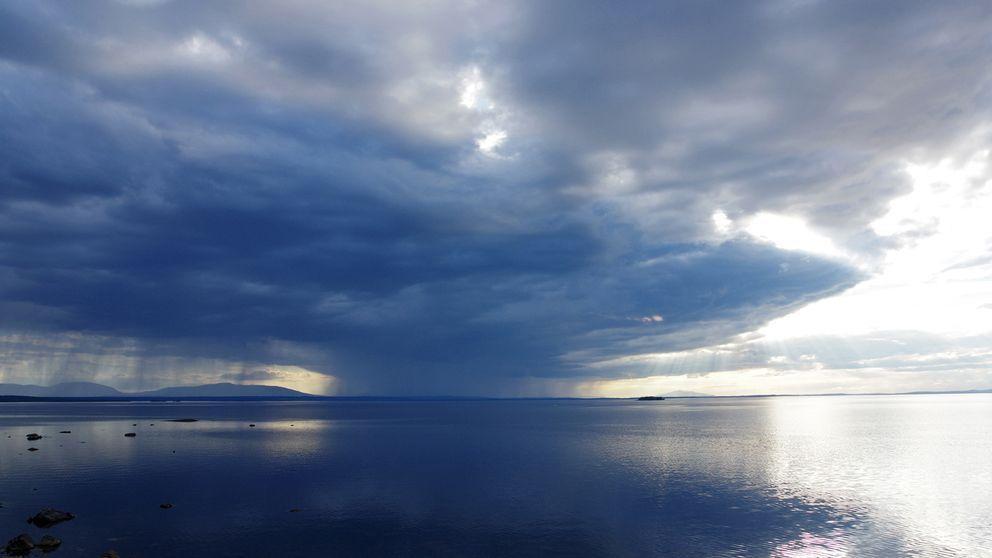 Skur över Storsjön i Jämtland på kvällen den 23 juni.