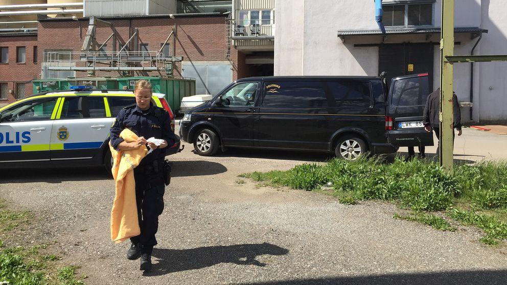 Polisens tekniker arbetar vid platsen där kroppen hittades