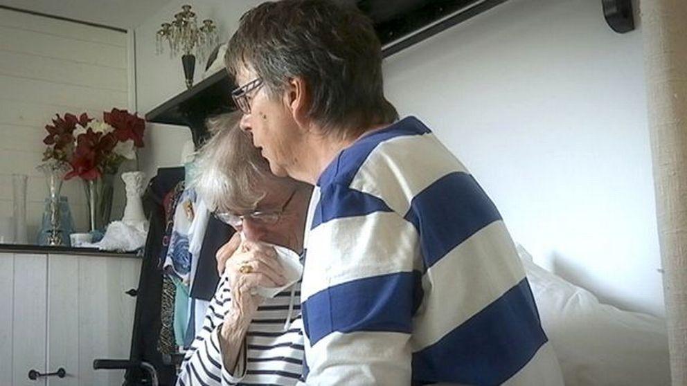 Wiwi håller om sin mamma Kerstin som gråter.